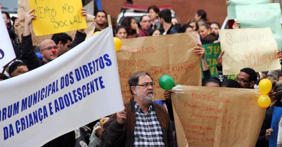 25.jun.2013 - Funcionários públicos municipais protestam em dia de paralisação em Porto Alegre, nesta terça-feira (25). A categoria reivindica reajuste salarial