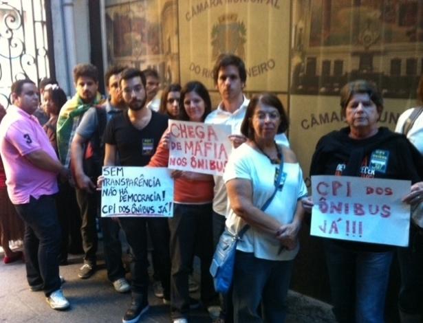 25.jun.2013 - Manifestantes a favor da implantação da CPI dos Ônibus, que teve o requerimento protocolado na tarde desta terça-feira (25), fazem fila para entrar na Câmara Municipal do Rio de Janeiro