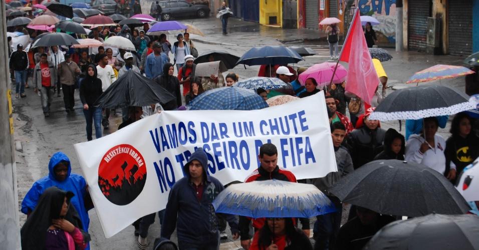 25.jun.2013 -  Manifestantes marcham em rua do Campo Limpo, zona sul de São Paulo, nesta terça-feira (25), em ato organizado pelos movimentos MTST (Movimento dos Trabalhadores Sem Teto), Periferia Ativa e Resistência Urbana em três pontos da periferia da capital paulista. Os manifestantes caminham para o Palácio do Governo, onde encontrarão com marchas de atos realizados no Capão Redondo e Guaianazes