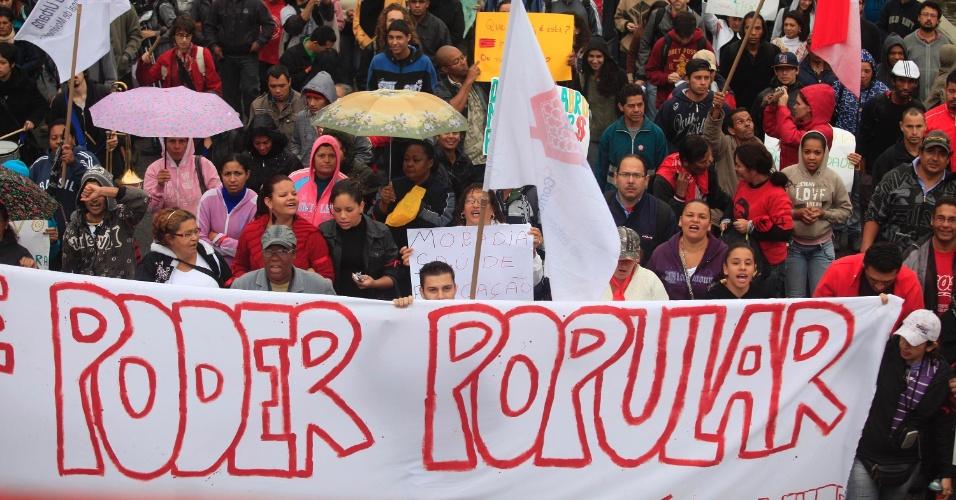25.jun.2013 -  Manifestantes marcham em rua do Capão Redondo, zona sul de São Paulo, nesta terça-feira (25), em ato organizado pelos movimentos MTST (Movimento dos Trabalhadores Sem Teto), Periferia Ativa e Resistência Urbana com apoio do MPL (Movimento Passe Livre)