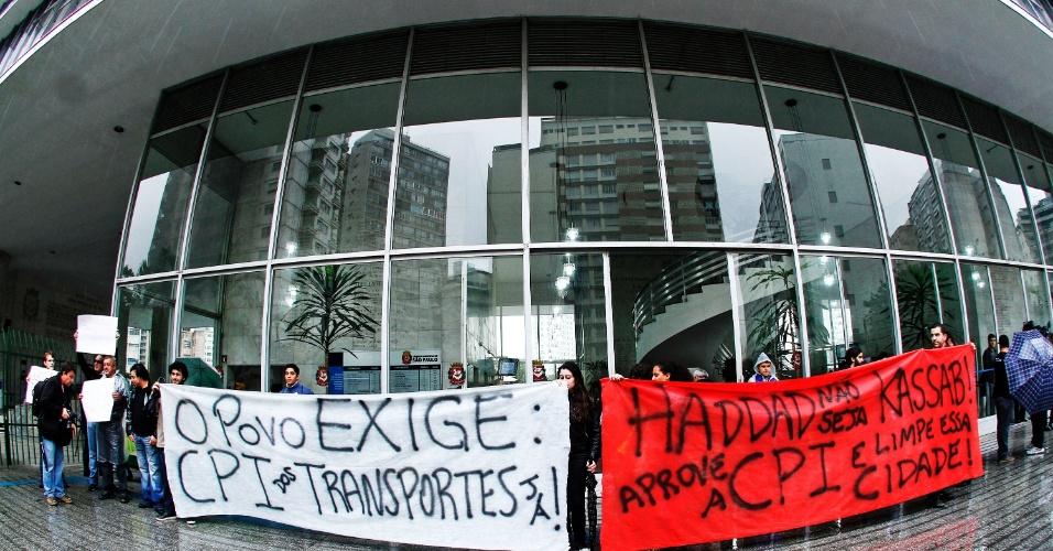 25.jun.2013 - Manifestantes protestam em frente ao prédio da Câmara dos Vereadores de São Paulo, na tarde desta terça-feira (25), pedindo a abertura da CPI dos transportes públicos