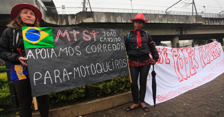 25.jun.2013 - Manifestantes realizam protesto no largo do Campo Limpo, zona sul de São Paulo, nesta terça-feira (25). O ato foi organizado pelo pelos movimentos MTST (Movimento dos Trabalhadores Sem Teto), Periferia Ativa e Resistência Urbana em três pontos da periferia da capital paulista e conta com o apoio do MPL (Movimento Passe Livre)