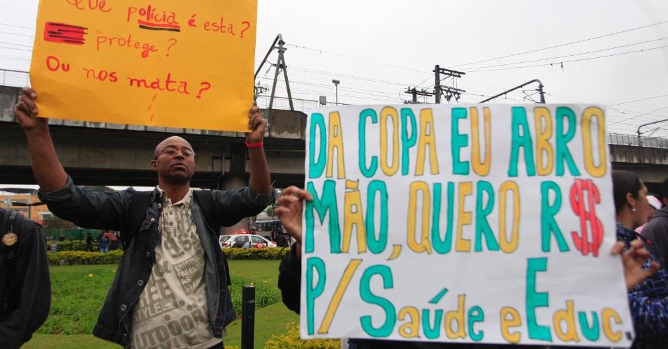25.jun.2013 - Manifestantes protestam no Capão Redondo, bairro da zona sul de São Paulo, nesta terça-feira (25). O ato foi organizado pelo pelos movimentos MTST (Movimento dos Trabalhadores Sem Teto), Periferia Ativa e Resistência Urbana em três pontos da periferia da capital paulista e contam com o apoio do MPL (Movimento Passe Livre)