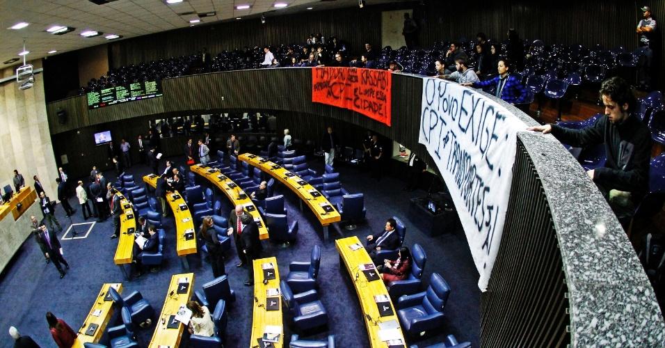 25.jun.2013 - Manifestantes protestam no plenário da Câmara dos Vereadores de São Paulo, na tarde desta terça-feira (25), pedindo a abertura da CPI dos transportes públicos