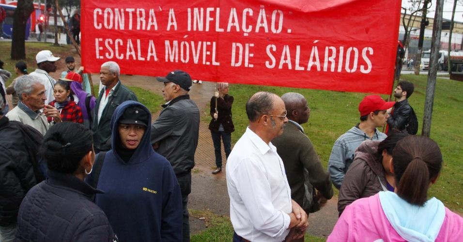 25.jun.2013 - Manifestantes realizam protesto no largo do Campo Limpo, zona sul de São Paulo, nesta terça-feira (25). Após convocar sete atos em São Paulo, que culminaram com a redução da tarifa do transporte público em várias capitais, o MPL (Movimento Passe Livre) decidiu se incorporar aos protestos organizados hoje pelos movimentos MTST (Movimento dos Trabalhadores Sem Teto), Periferia Ativa e Resistência Urbana em três pontos da periferia da capital paulista