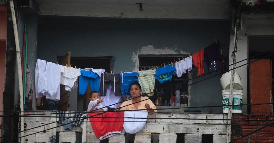 25.jun.2013 -  Moradores do Capão Redondo, bairro da zona sul de São Paulo, observam marcha de manifestantes nesta terça-feira (25)