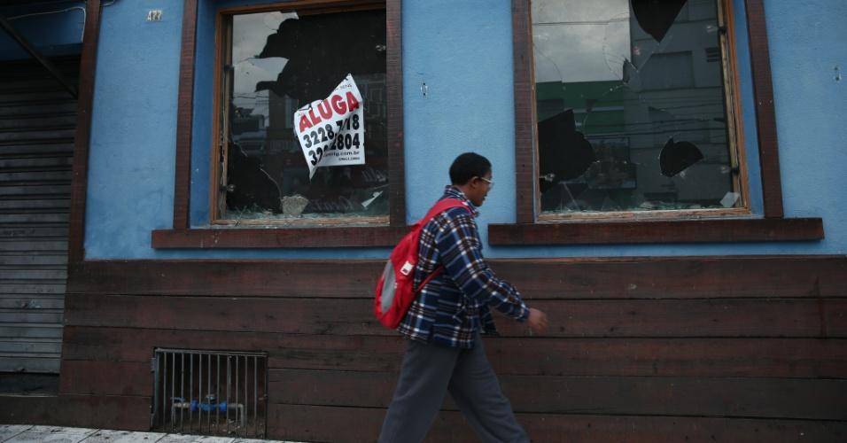 25.jun.2013 - O bairro Cidade Baixa, em Porto Alegre, amanheceu com marcas de depredação nesta terça-feira (25) após protestos realizados na noite desta segunda