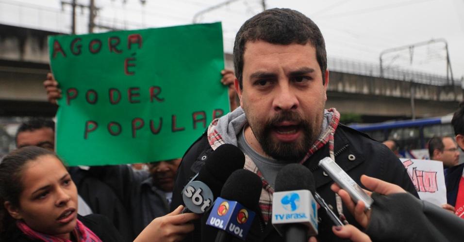 25.jun.2013 - O coordenador nacional do MTST (Movimento dos Trabalhadores Sem Teto), Guilherme Boulos, participa de protesto no Capão Redondo, nesta terça-feira (25)