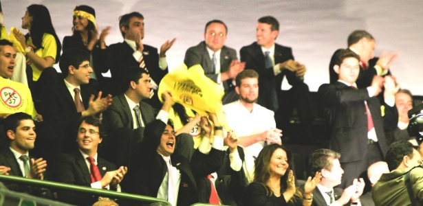 Promotores e outras pessoas contrárias à PEC 37 comemoram na Câmara Federal a derrubada da medida - Joel Rodrigues/Frame/Estadão Conteúdo