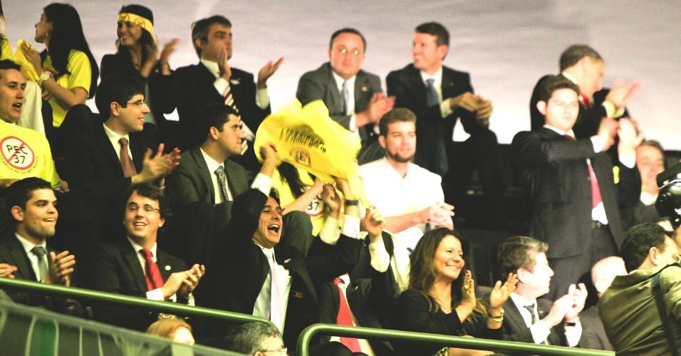 25.jun.2013 - Pessoas comemoram derrubada da PEC 37, medida que retiraria o poder de investigação dos MPEs (Ministérios Públicos estaduais) e do MPU (Ministério Público da União) foi arquivada com 430 votos contra, 9 favoráveis e duas abstenções