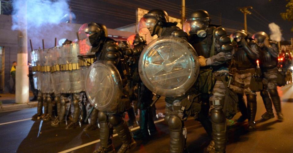 25.jun.2013 - Policiais do Batalhão de Choque enfrentam manifestantes durante protesto em Niterói (RJ), nesta terça-feira (25). A manifestação reuniu cerca de 4 mil pessoas durante a tarde e o Batalhão de Choque foi chamado para conter um grupo que teria tentado praticar atos de vandalismo