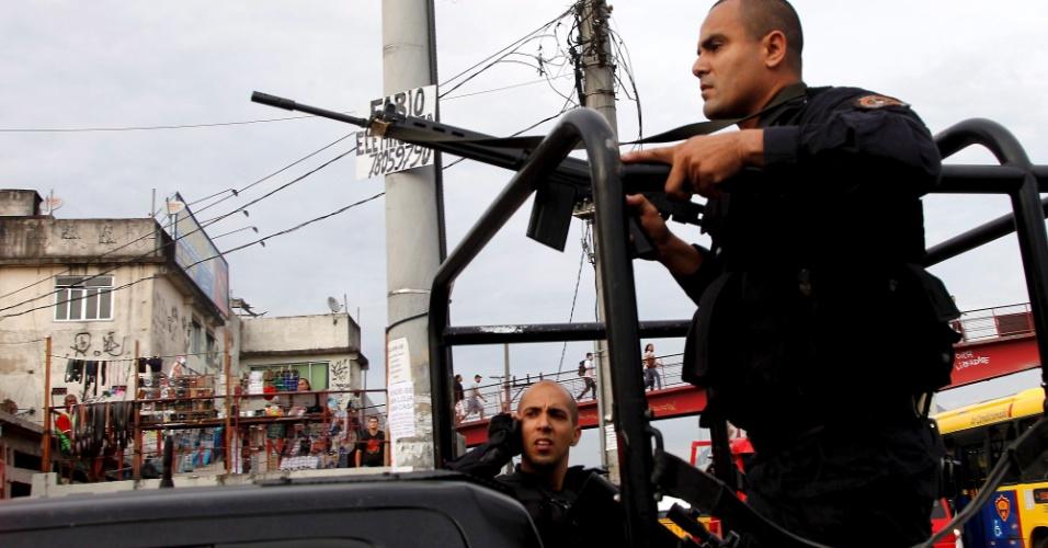25.jun.2013 - Policiais monitoram o Complexo da Maré, no Rio de Janeiro, após confronto. Ao menos nove pessoas morreram. O clima é tenso no complexo de favelas. Cerca de 100 homens do Batalhão de Choque, do Bope, da Polícia Civil e da Força Nacional estão no local