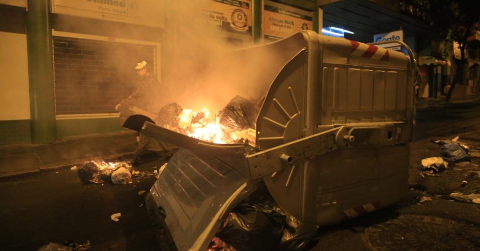 25.jun.2013 - Porto Alegre amanhece nesta terça-feira (25) com estragos ocasionados pelos confrontos entre manifestantes e a Brigada Militar durante protestos nesta segunda-feira. O Departamento Municipal de Limpeza Urbana informou que pelo menos 17 contêineres foram incendiados. A sede da Secretaria Municipal da Juventude, localizada na rua João Alfredo, foi totalmente destruída. Veículos estacionados nas ruas foram quebrados e saqueados