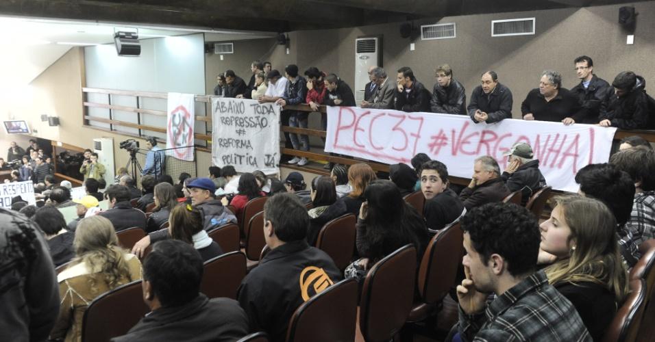 25.jun.2013 - Cerca de 250 manifestantes acompanharam a sessão da Câmara de Vereadores de Caxias do Sul nesta terça-feira (25). Eles fizeram um protesto pacífico e não saíram às ruas após o término da sessão