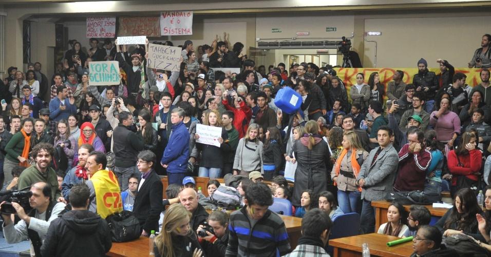 25.jun.2013 - Manifestantes caminharam até à Câmara de Vereadores de Santa Maria, no Rio Grande do Sul, na noite desta terça-feira (25). Os ativistas pediam, entre outras reivindicações, o fim dos trabalhos da CPI (Comissão Parlamentar de Inquérito) da tragédia na Boate Kiss