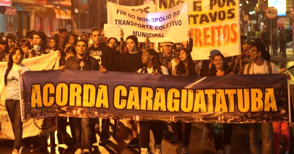 25.jun.2013 - Manifestantes pedem a redução da passagem de R$3,00, para R$2,80 e implantação do Bilhete Único em Caraguatatuba, no litoral norte de São Paulo, na noite de terça-feira (25). Eles caminharam pelas ruas do centro da cidade até a Câmara Municipal, onde foram recebidos para discutir as propostas com vereadores