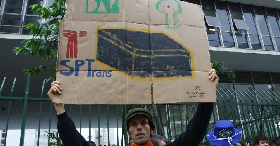 26.jun.2013 - Manifestantes protestam em frente ao prédio da Câmara dos Vereadores de São Paulo, na tarde desta quarta-feira (26), pedindo a abertura da CPI dos transportes públicos