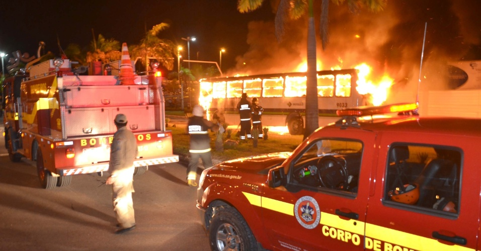 """25.jun.2013 - """"Movimento não pago"""" realiza protesto contra o aumento no valor das passagens de ônibus em Aracaju, Sergipe, na noite desta terça-feira (25). Os manifestantes chegaram a incendiar um ônibus"""
