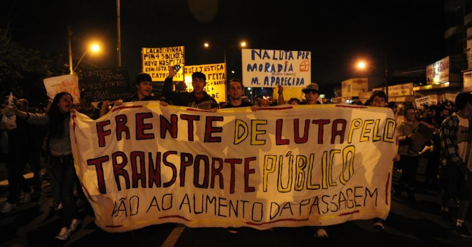 25.jun.2013 - Protesto bloqueia a ponte de entrada e saída do município de Cachoeirinha, no Rio Grande do Sul, na noite desta terça-feira (25)