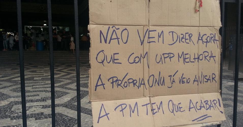 26.jun.2013 - Cartaz de protesto é colocado na região da Central do Brasil, na zona portuária do Rio de Janeiro
