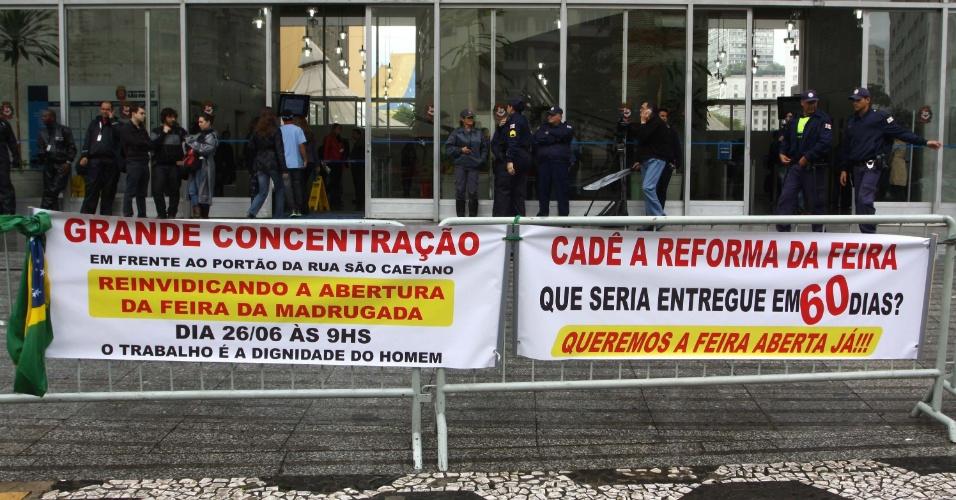 """26.jun.2013 - Comerciantes da """"feirinha da madrugada"""" vão até a Câmara Municipal de São Paulo, no centro da cidade, para reivindicar diálogo com a prefeitura e pedir a reabertura da feira"""
