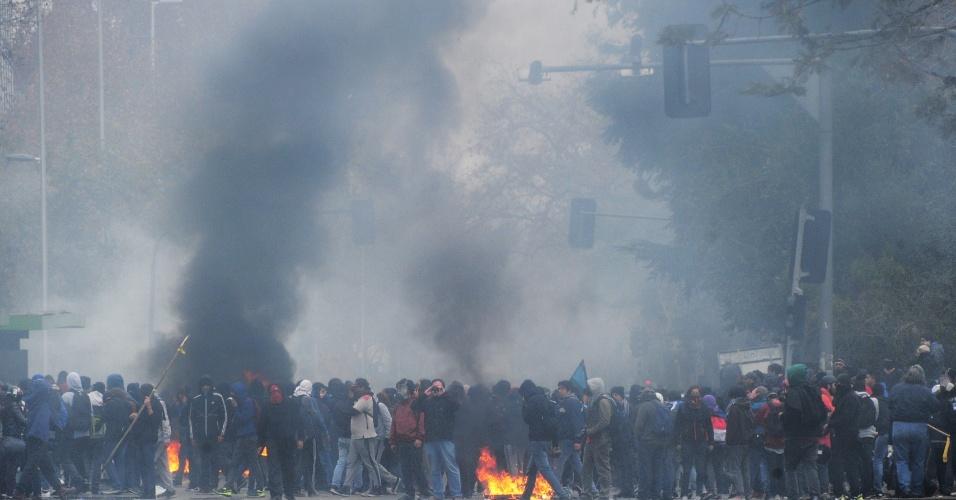 26.jun.2013 - Estudantes montam barricadas para impedir a passagem da polícia durante manifestação por melhorias no sistema educacional