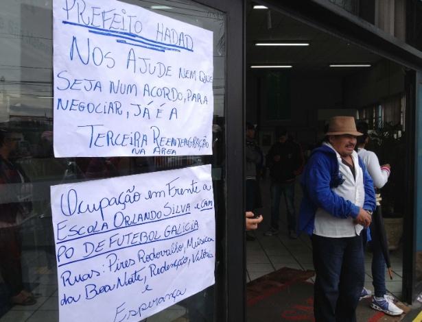 26.jun.2013 - Grupo de moradores de uma área invadida faz manifestação dentro da Subprefeitura de São Mateus, na zona leste de São Paulo, desde o fim da manhã desta quarta-feira (26). De acordo com a Secretaria de Coordenação das Subprefeituras, eles buscam apoio porque o terreno onde habitam deve ser desapropriado nesta quinta-feira (27)