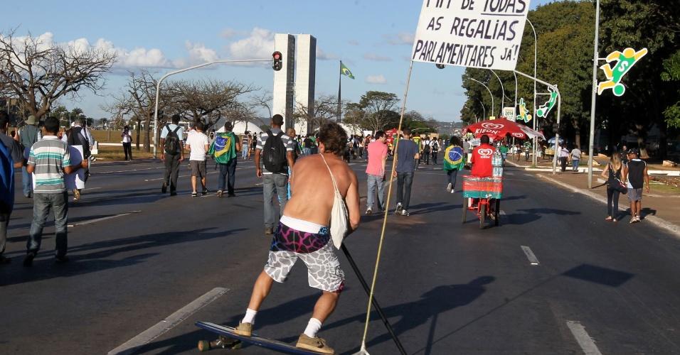 """26.jun.2013 - Homem protesta com """"skate-cartaz"""", em Brasília, nesta quarta-feira. Manifestantes de vários seguimentos se concentram na Esplanada dos Ministérios e em frente ao Congresso Nacional na tarde de hoje"""