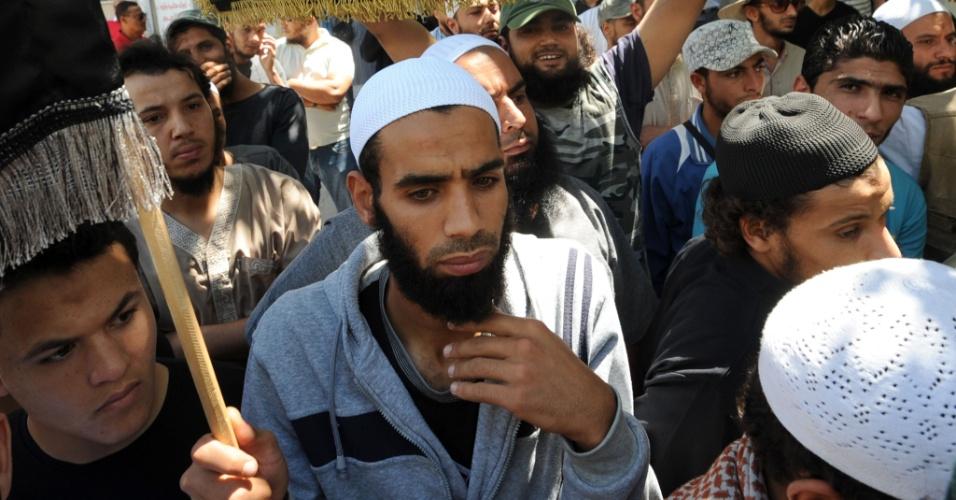26.jun.2013 - Homens mulçumanos protestam contra ativistas do Femen, na Tunísia, nesta quarta-feira. Hoje, três mulheres europeias e militantes do grupo são julgadas por terem mostrado os seios no país durante protesto.As acusadas, duas francesas e uma alemã, explicaram que o objetivo de sua manifestação era apoiar Amina Sboui, uma militante tunisiana da Femen, também presa
