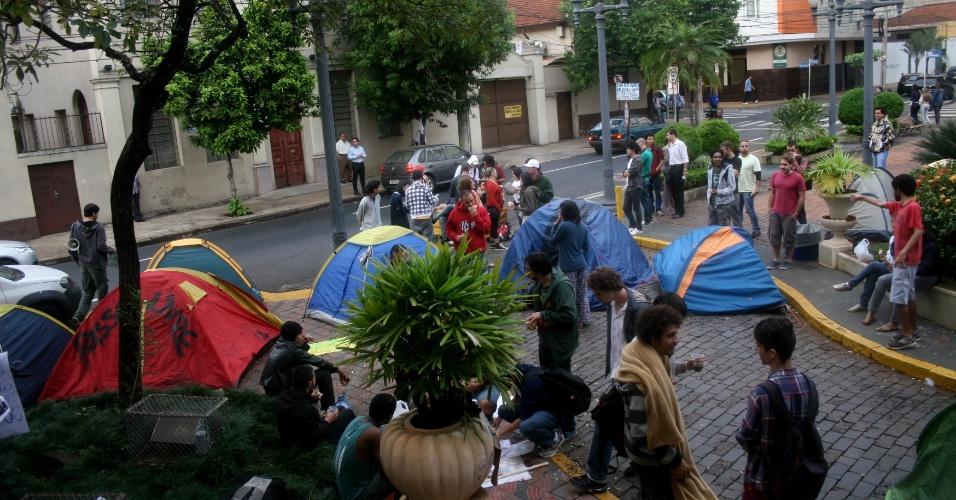 26.jun.2013 - Integrantes do MPL (Movimento Passe Livre) acampam em frente à Prefeitura de Ribeirão Preto, no interior de São Paulo, na manhã desta quarta-feira (26). Eles estão no local desde a noite de ontem (25) e afirmam que continuarão acampados até que todas as reivindicações do grupo sejam atendidas pela prefeita Dárcy Vera (PSD)