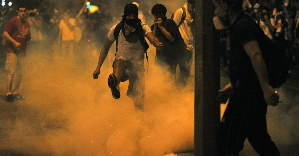 26.jun.2013 - Manifestantes entram em confronto com a polícia próximo a um bloqueio feito para impedir o acesso ao estádio do Mineirão, em Belo Horizonte, onde acontecia a partida entre Brasil e Uruguai pela Copa das Confederações. Estabelecimentos comerciais e carros são incendiados