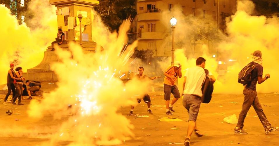 26.jun.2013 - Policiais entraram em conflito com manifestantes na praça Sete, no centro de Belo Horizonte (MG), durante protesto nesta quarta-feira (26)