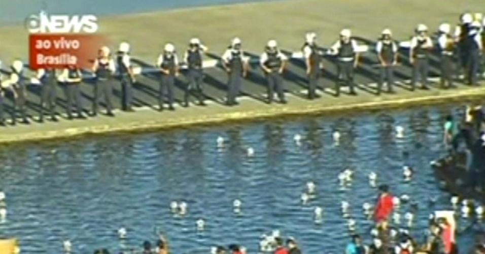 26.jun.2013 - Manifestantes fazem protesto em frente à Esplanada dos Ministérios, em Brasília (DF)