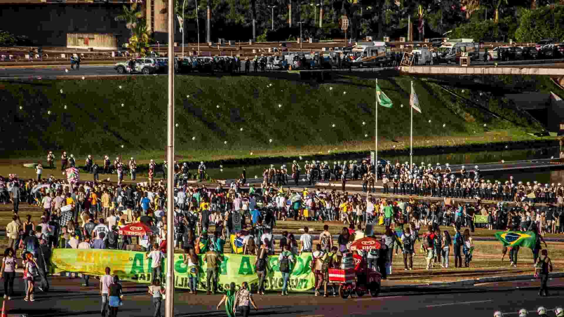 """26.jun.2013 - Manifestantes protestam em frente ao Congresso Nacional, em Brasília, nesta quarta-feira. O grupo pede, entre outras coisas, a revogação do projeto que ficou popularmente conhecido como """"cura gay"""" e a saída do deputado Marco Feliciano (PSC) da presidência da Comissão dos Direitos Humanos da Câmara dos Deputados - Pedro França/Futura Press"""