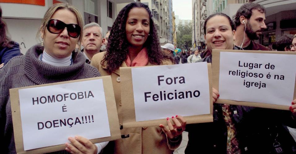 26.jun.2013 - Manifestantes protestam na manhã desta quarta-feira (26), no centro de Porto Alegre, contra o presidente da Comissão de Direitos Humanos e Minorias da Câmara, o deputado pastor Marco Feliciano