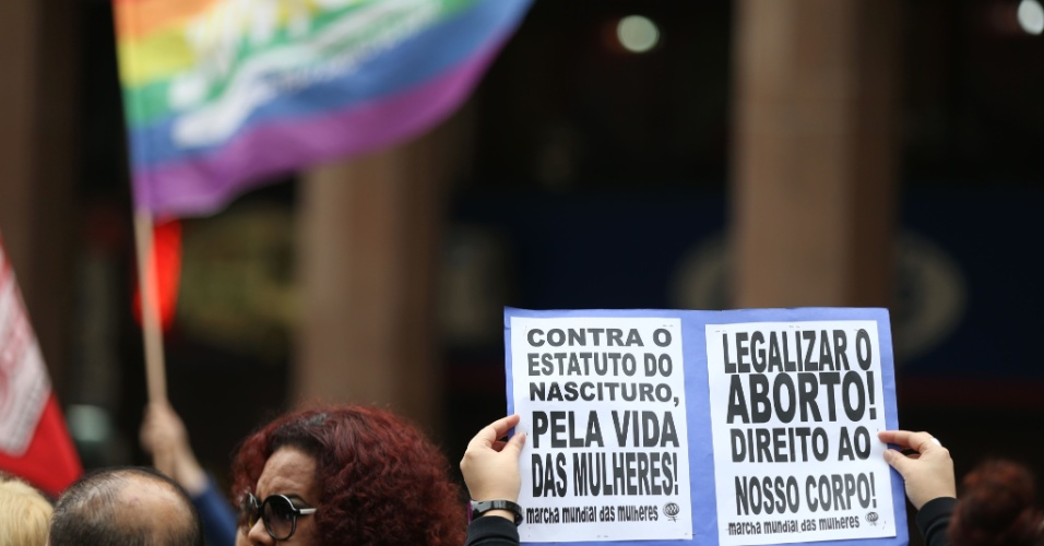 """26.jun.2013 - Manifestantes protestam, na manhã desta quarta-feira (26), no centro de Porto Alegre, contra o presidente da Comissão de Direitos Humanos e Minorias da Câmara, o deputado pastor Marco Feliciano, e contra o projeto conhecido como """"cura gay"""""""