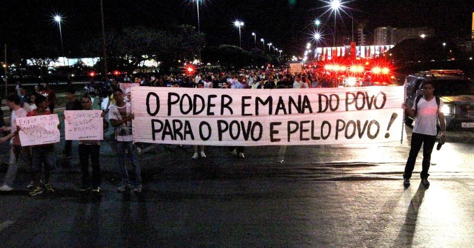 """26.jun.2013 - Manifestantes protestam no Eixo Monumental, em Brasília, nesta quarta-feira. O grupo pede, entre outras reivindicações, a revogação do projeto que ficou popularmente conhecido como """"cura gay"""" e a saída do deputado Marco Feliciano (PSC) da presidência da Comissão dos Direitos Humanos da Câmara dos Deputados"""