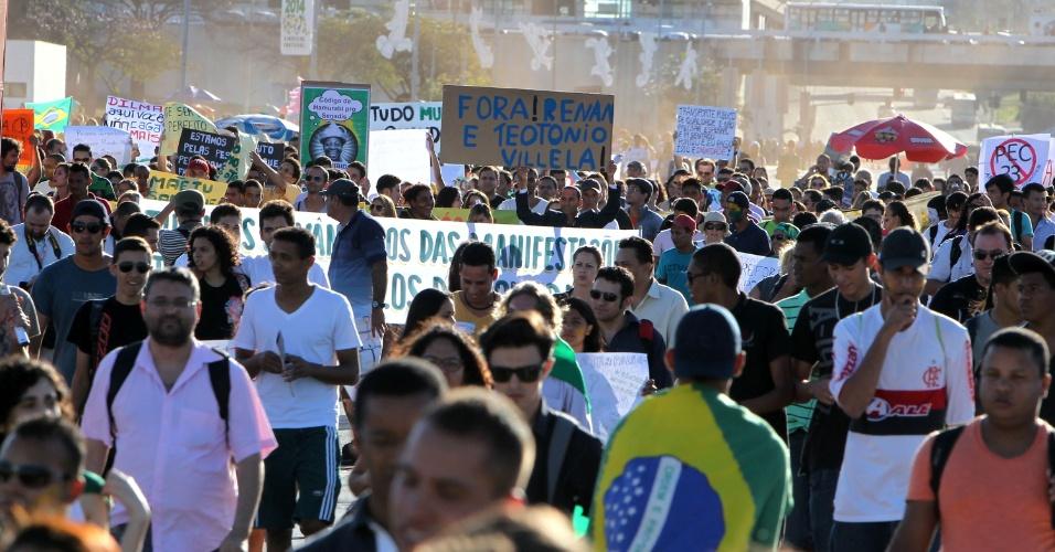 26.jun.2013 - Manifestantes seguem em passeata pela Esplanada dos Ministérios na tarde desta quarta-feira (26), em Brasília
