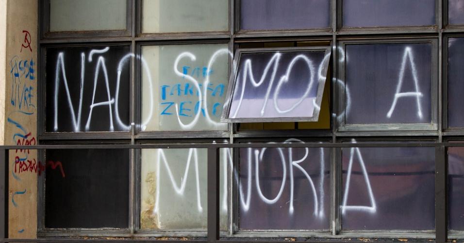 26.jun.2013 - Prédio da Câmara Municipal de Ribeirão Preto (SP) teve paredes e vidros pichados, além de uma janela quebrada