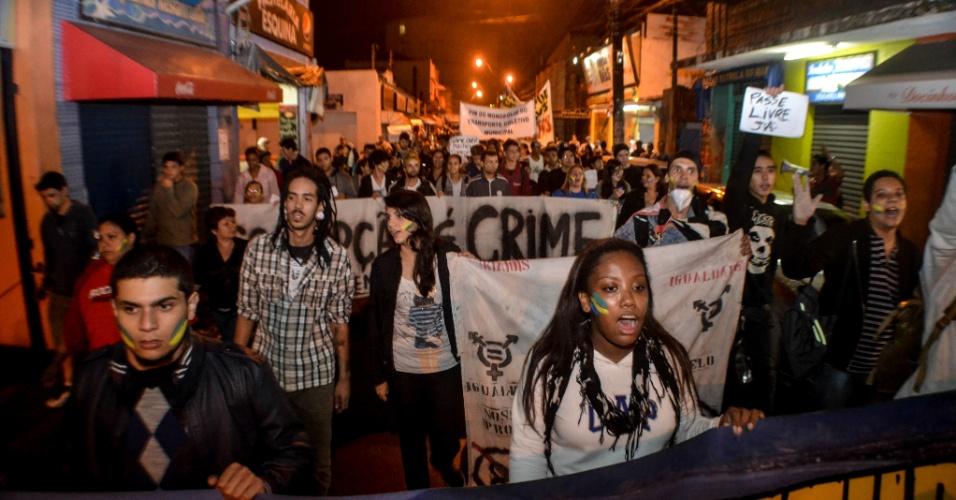 26.jun.2013 - Manifestantes protestaram em Caraguatatuba (SP) contra a tarifa do transporte público na cidade. Eles invadiram a Câmara Municipal, segundo o internauta Robson Toledo