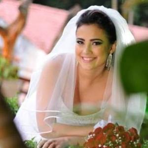 Talita Juliane Peixoto Paiva posa vestida de noiva em foto publicada no Facebook. Ela estava casada havia menos de um mês