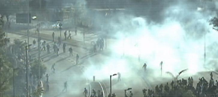 26.jun.2013 - Protesto nas proximidades do estado do Mineirão, em Belo Horizonte, tem confronto entre policiais e manifestantes. A polícia usa bombas de gás lacrimogêneo para conter os manifestantes