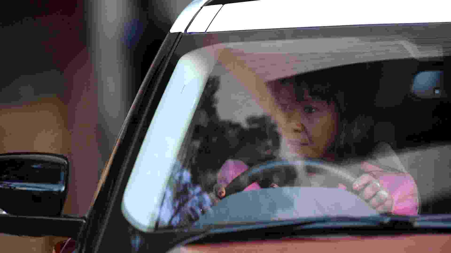 """27.jun.2013 - A filha do ex-presidente da África do Sul, Nelson Mandela, Makaziwe Mandela chega ao Hospital do Coração Mediclinic, em Pretória, onde Mandela está internado em estado crítico. Ela afirmou nesta quinta-feira (27) que os jornalistas que cobrem a hospitalização de seu pai se comportam como """"abutres"""", sem nenhum respeito pelas tradições locais - Filippo Monteforte/AFP"""