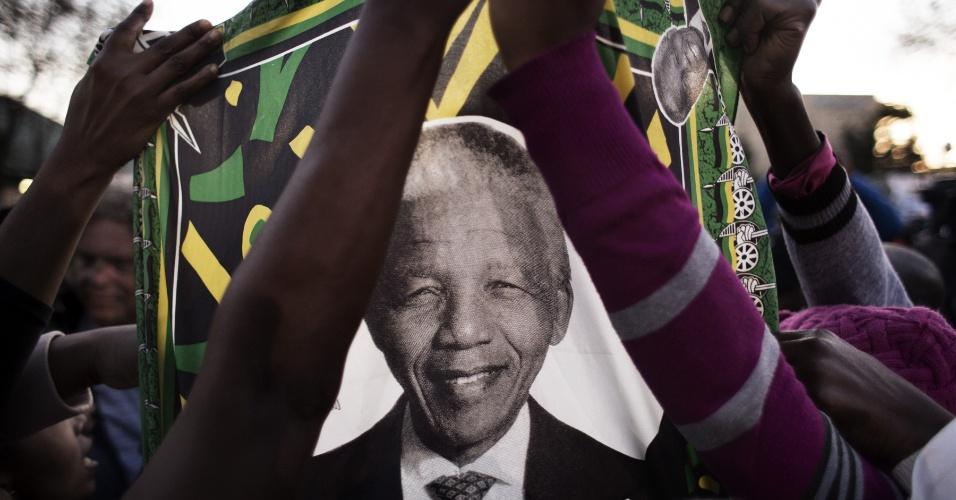 27.jun.2013 - Admiradores de Nelson Mandela se concentram em frente ao Hospital do Coração Mediclinic, em Pretória, na África do Sul, onde o ex-presidente sul-africano está internado em estado crítico