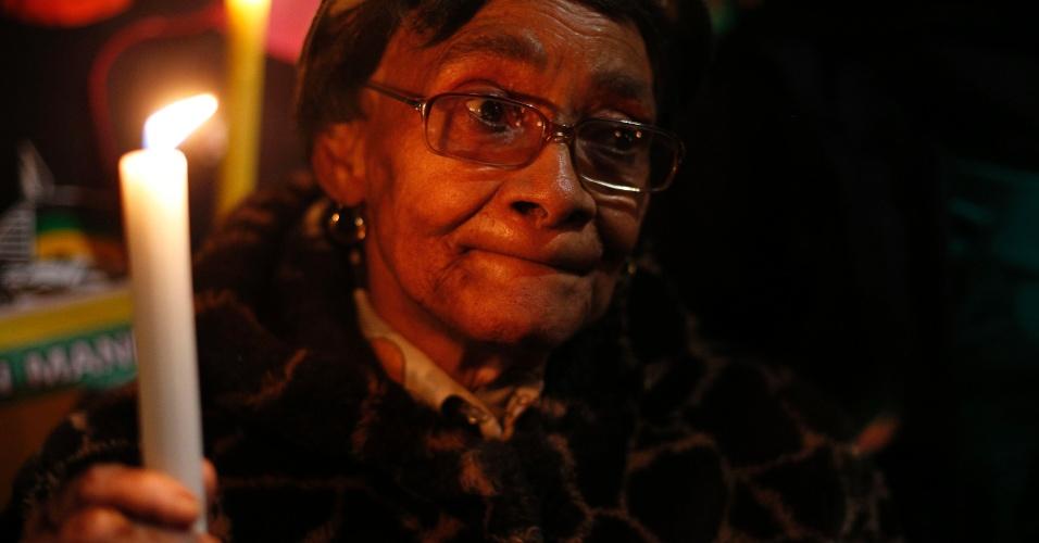27.jun.2013 - Admiradores de Nelson Mandela se concentram em uma vigília à luz de velas em frente ao Hospital do Coração Mediclinic, em Pretória, na África do Sul, na noite desta quinta-feira (27), onde o ex-presidente sul-africano está internado em estado crítico