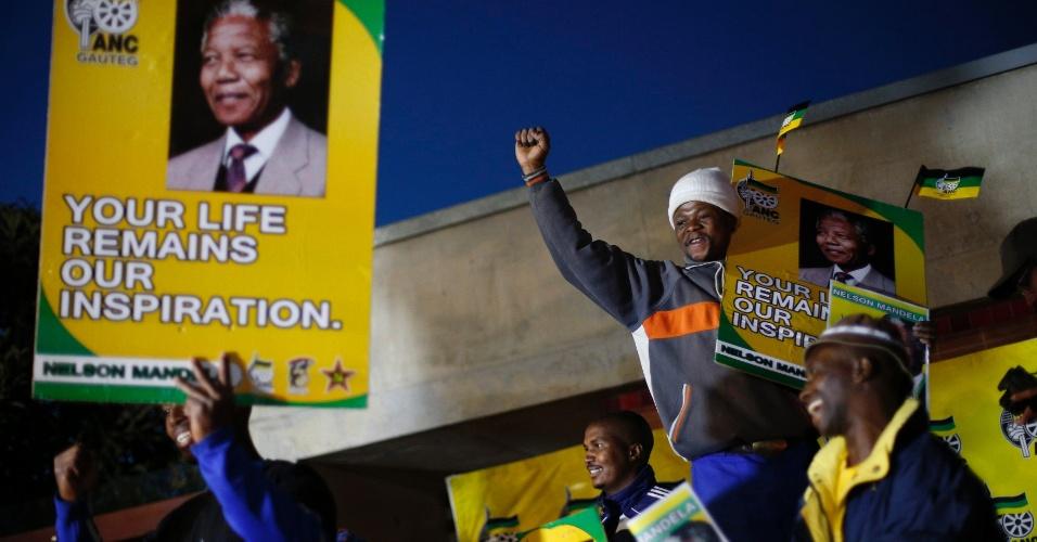 27.jun.2013 - Admiradores de Nelson Mandela se reúnem em frente à casa do ex-presidente sul-africano em Soweto, na África do Sul. A família de Mandela confirmou, nesta quinta-feira (27), que o estado de saúde do ganhador do Nobel da paz é muito crítico