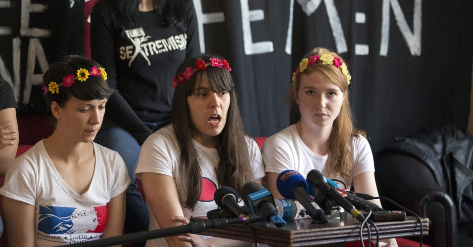 27.jun.2013 - Ativistas do grupo feminista Femen que foram libertadas na noite de quarta-feira na Tunísia denunciam postura