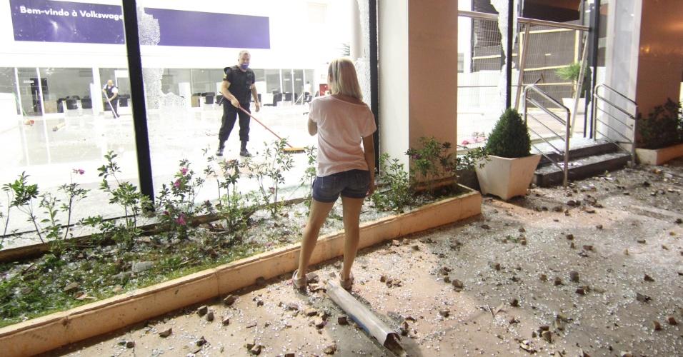 27.jun.2013 - Belo Horizonte (MG) tem marcas de depredação e vandalismo após manifestação realizada na quarta-feira (26). O protesto acabou em confronto entre a polícia e um grupo de manifestantes que pixou paredes, destruiu estabelecimentos comerciais e incendiou veículos
