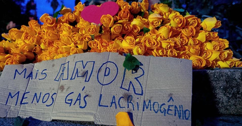 27.jun.2013 - Buquê de flores deixado perto de monumento durante protesto em Porto Alegre, nesta quinta-feira