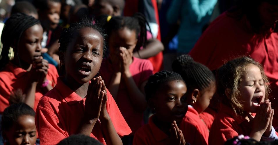 27.jun.2013 - Crianças oram em uma concentração de admiradores do ex-presidente sul-africano em frente ao Hospital do Coração Mediclinic, em Pretória, na África do Sul, onde Mandela está internado em estado crítico